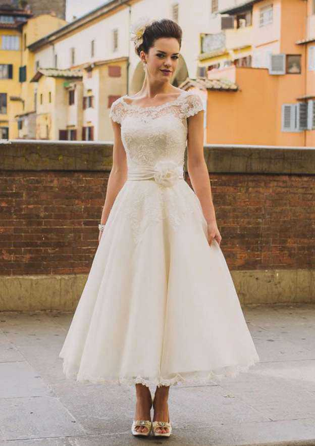 Ball Gown Scalloped Neck Sleeveless Tea-Length Tulle Wedding Dress With Lace Flowers Hem