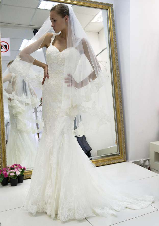 Trumpet/Mermaid Sweetheart Sleeveless Court Train Lace Wedding Dress With Hem Appliqued Beading