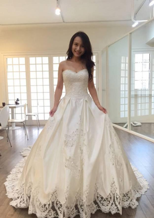 Ball Gown Sweetheart Sleeveless Chapel Train Satin Wedding Dress With Hem Appliqued