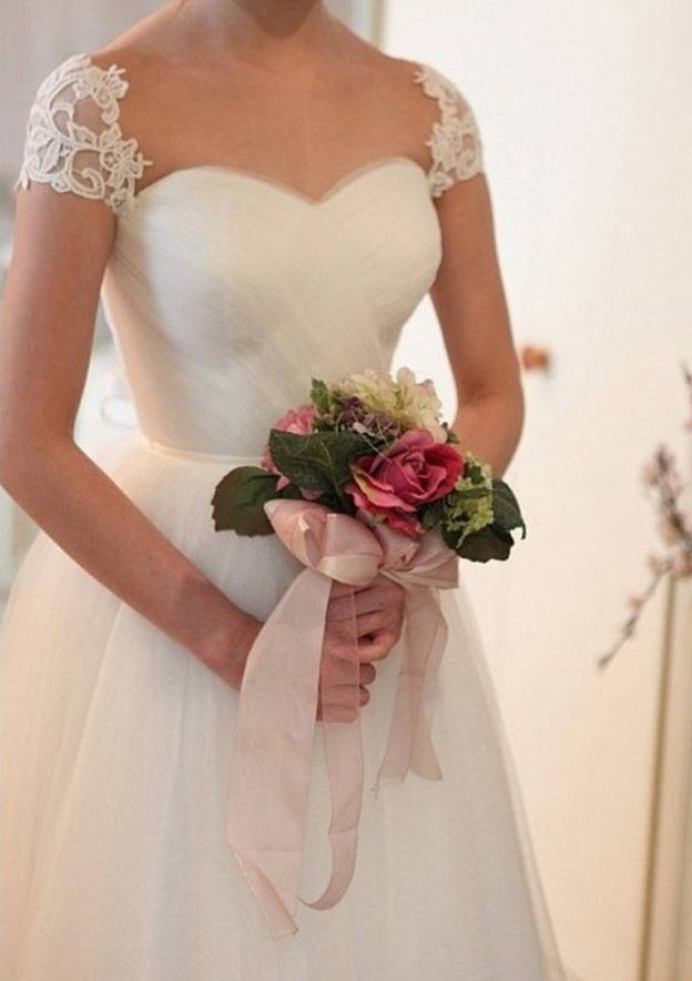 A-Line/Princess Sweetheart Sleeveless Court Train Tulle Wedding Dress With Lace Sashes