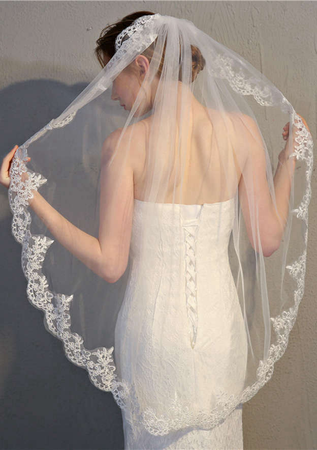 One-tier Lace Applique Edge Fingertip Bridal Veils